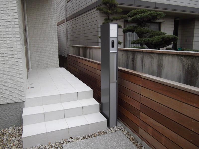 シンプルな機能門柱。
