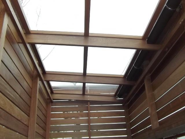 天井は採光できる透明パネル。