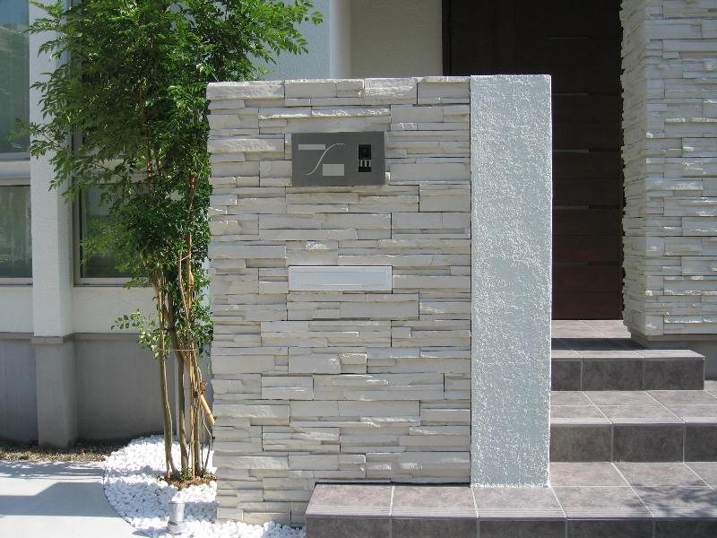 建物と同じタイルを使用した塀。