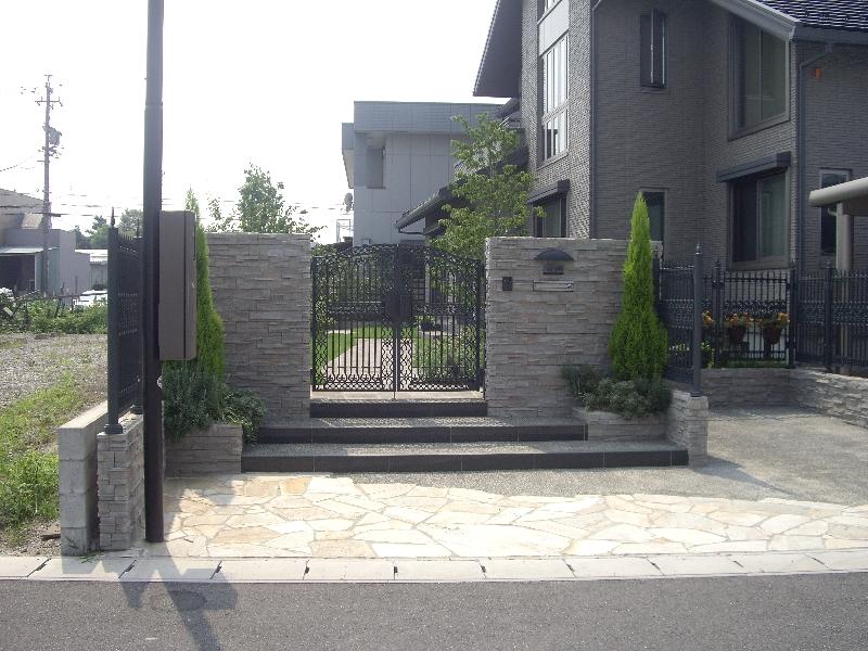 アイアン門扉を採用した高級感のある門構え。