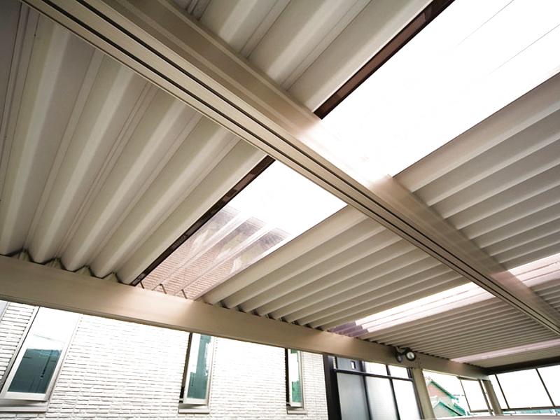 カーポートの屋根は一部を透明にし、明るさを確保。