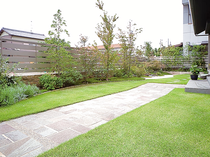 奥へと続く坪庭との繋がりを意識した植栽スペース。