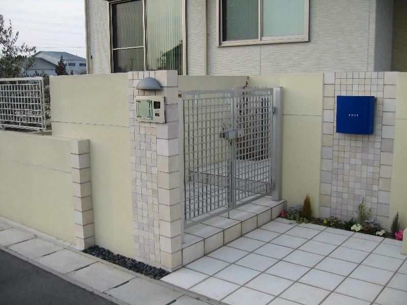 門扉はシンプルな格子デザイン。