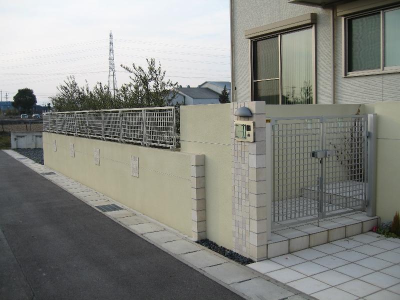 段差をつけた外壁。