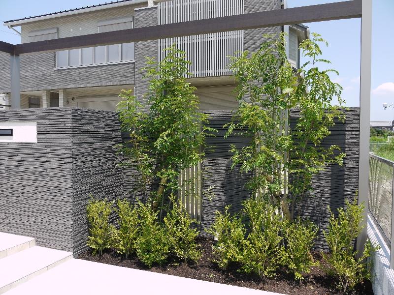 植栽。塀の一部に建物と同系のパーツを使用。