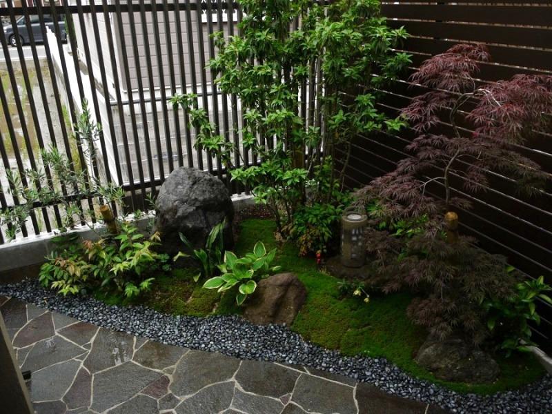 和室前、趣のあるモダンな坪庭。