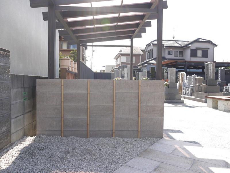 水場の壁、ブロックに竹でアクセント。
