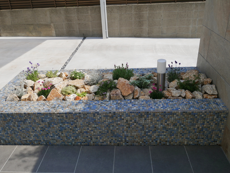 花壇にはブルー系のモザイクタイルを。植栽はすべて奥様が植えられました。