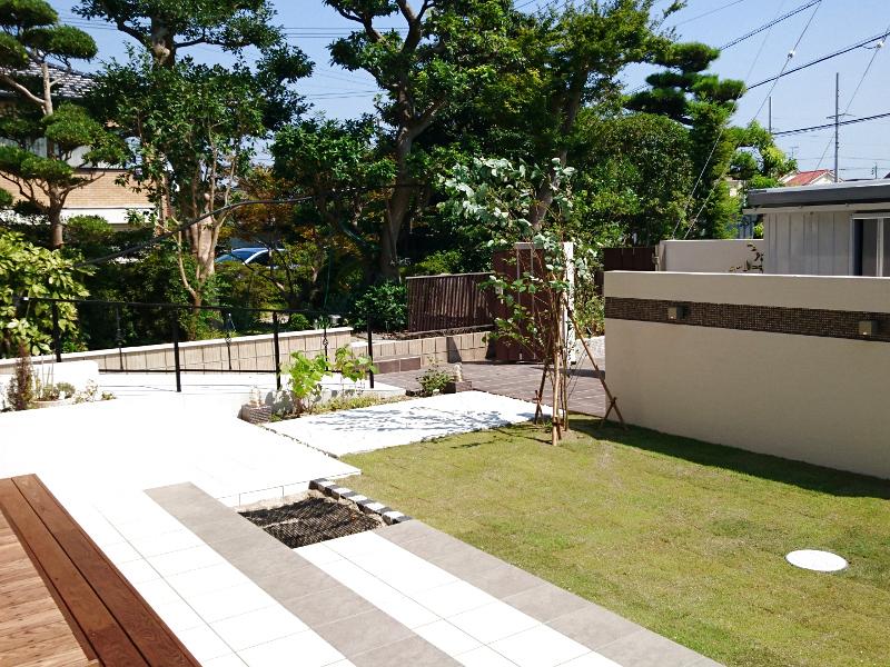 庭から玄関方向への眺め。