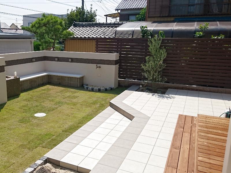 庭には、タイルデッキ×天然木のデッキとベンチで過ごしやすく。