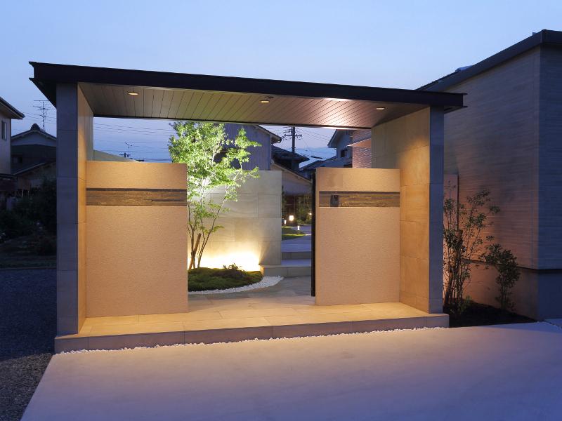 奥のウォールと坪庭が照明でより立体的に。
