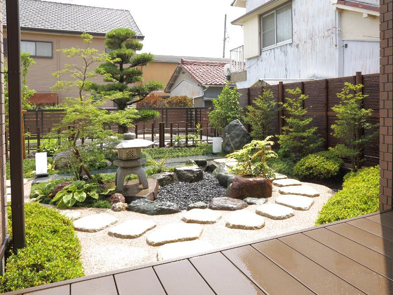 和室から見た和庭園。灯篭、つくばい、植栽を効果的に配置し竹垣の背景が和を演出します。