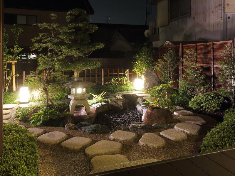 和室より夜の風景。