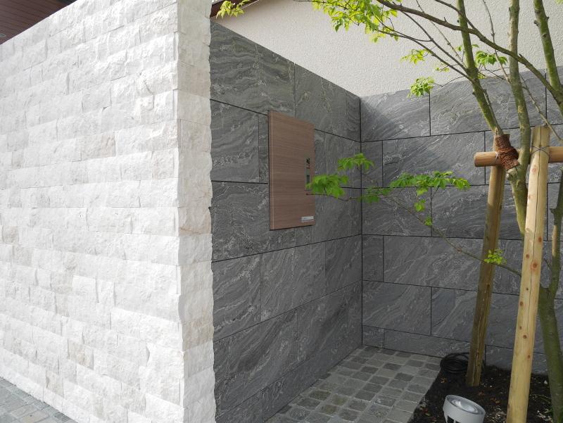 宅配BOX正面。側面壁を利用し正面からの美観へ配慮した配置。