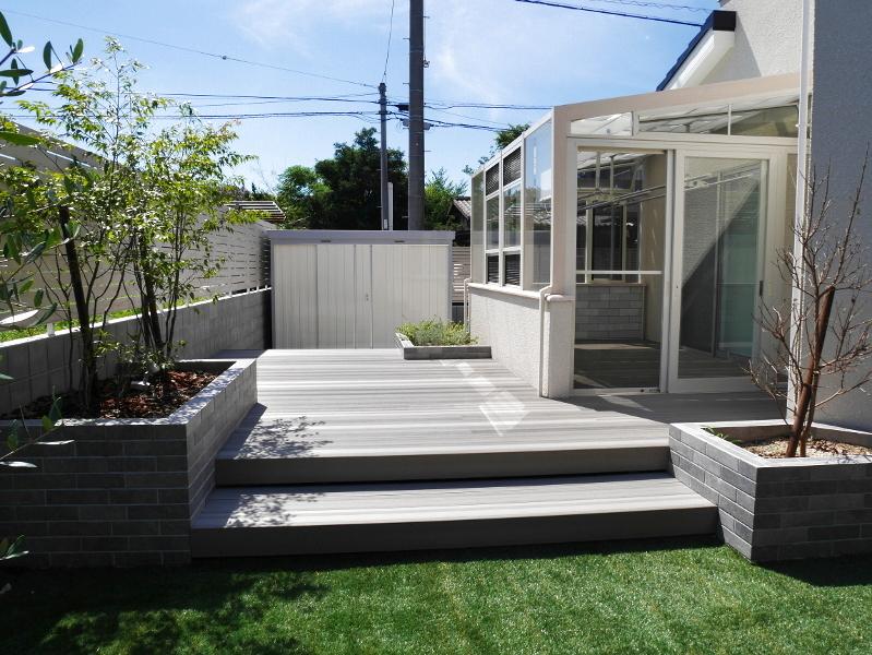 デッキの高低差が実はポイントとなり、庭全体に動きをもたらしています。