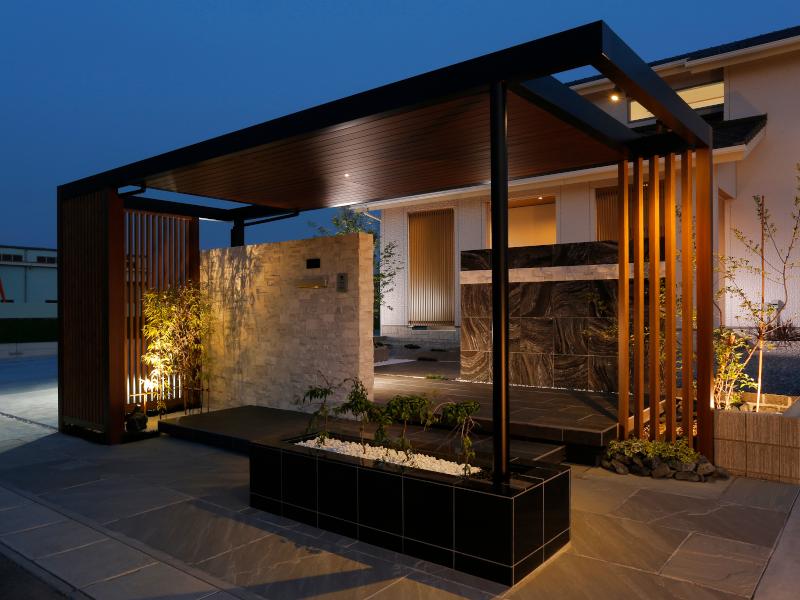 住宅とエクステリアの照明が美しく共演。