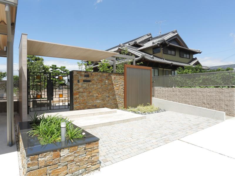 日本家屋にも合う、モダンな要素を取り入れたエントランス。