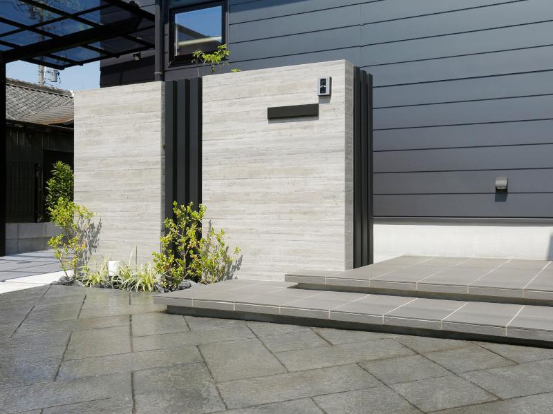 杉板の打ちっぱなしを模したタイルです。 汚れに強く、メンテナンスがしやすいのが特徴。