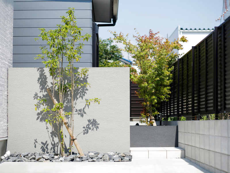 庭への目線を隠し、プライベート感を大切にしながら、庭から駐車場への勝手口にもなっています。