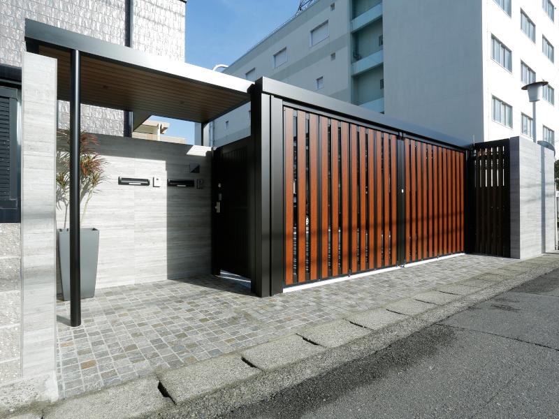 屋根とゲート、杉板壁のバランを絶妙に配置。