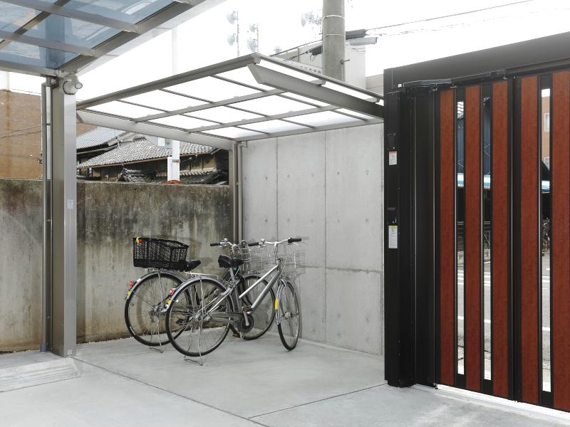 塀の裏の空間を利用しサイクルポートを設置。