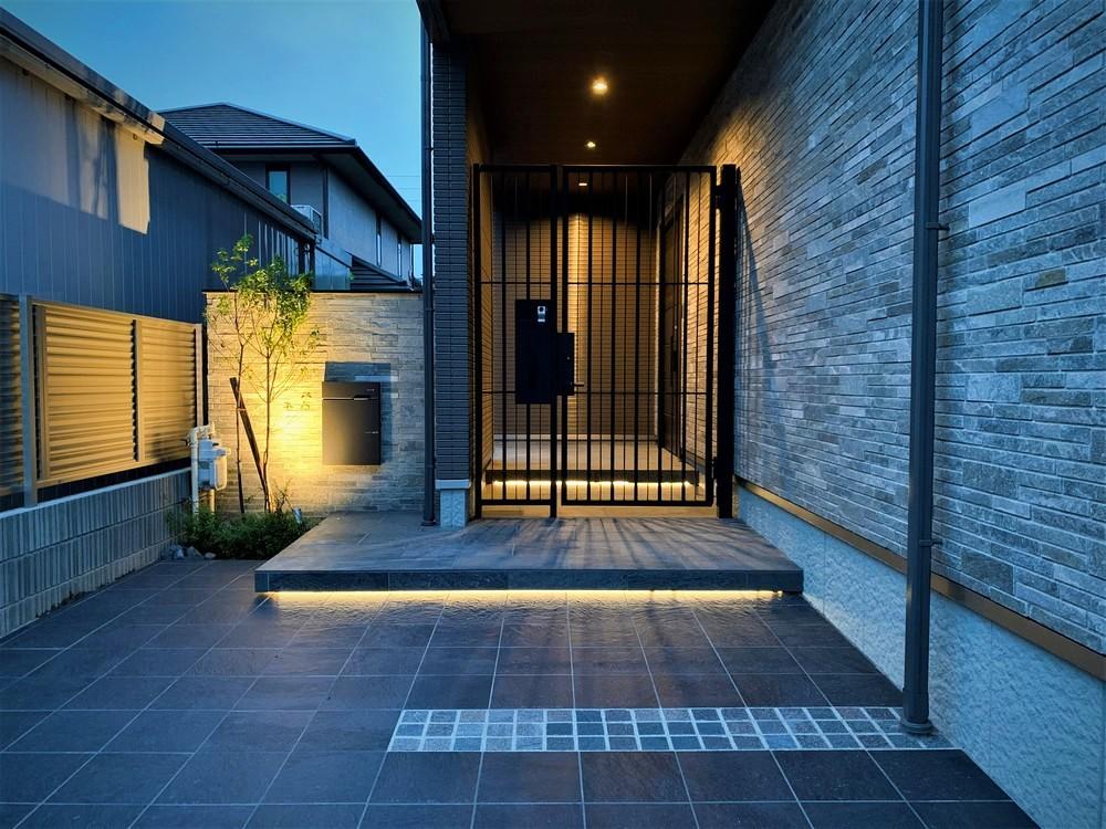 門周りの雰囲気はとても大人っぽく、上質な空間に。