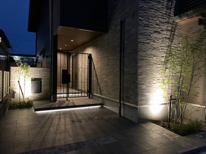 階段蹴上にはL字照明を入れ浮遊感を。