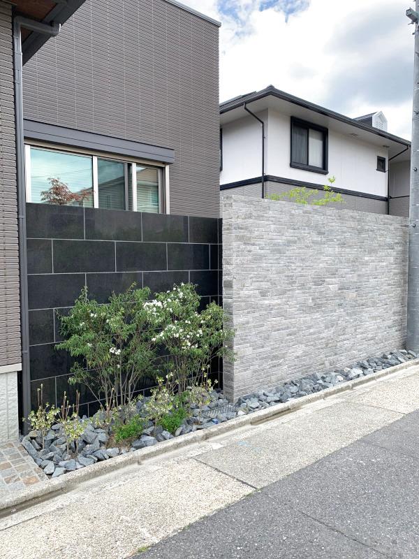 和室前の道路側より。壁の素材の一部を外壁に合わせ統一感を。アクセントの黒も効果的に。