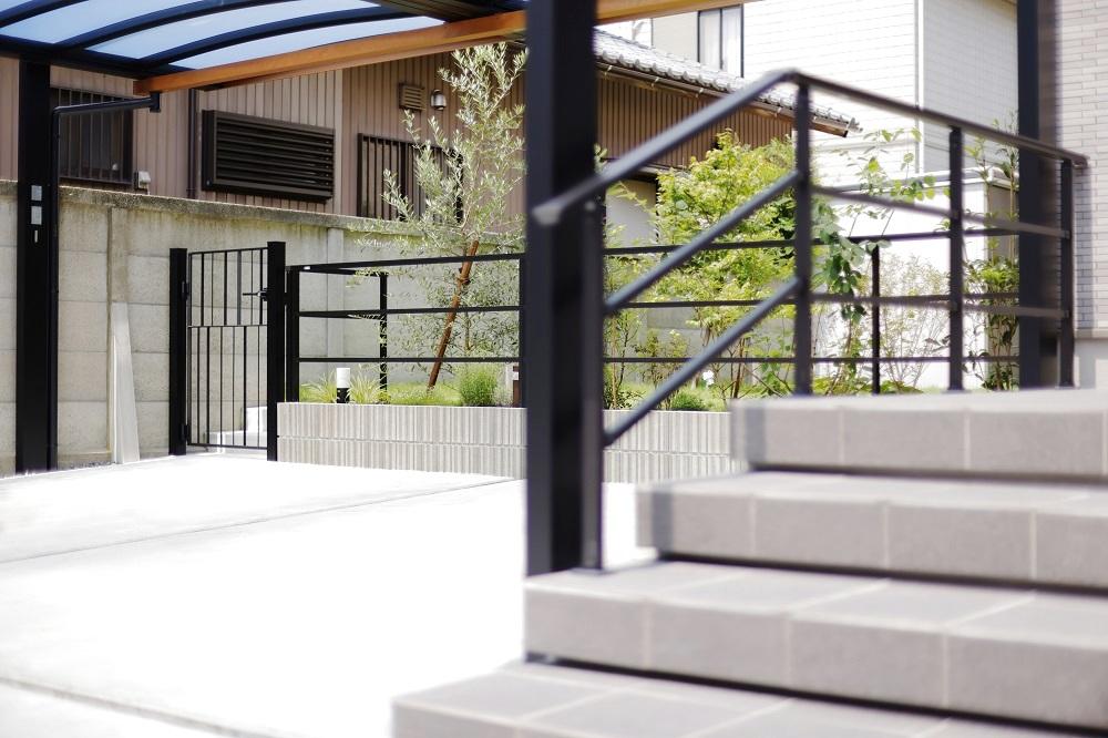 アルミ鋳物で統一したアプローチ階段・ガーデンフェンス・門扉。
