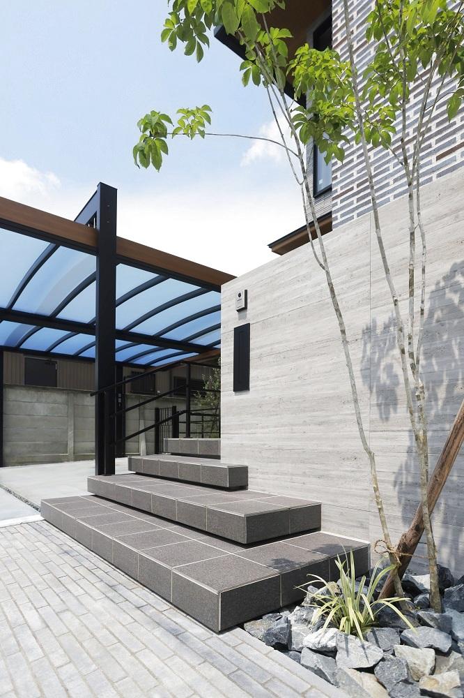 フェンスに埋め込んだポストもブラックでカラーを統一。杉板、階段、フェンス、ルーフのラインが奥行き感を増します。