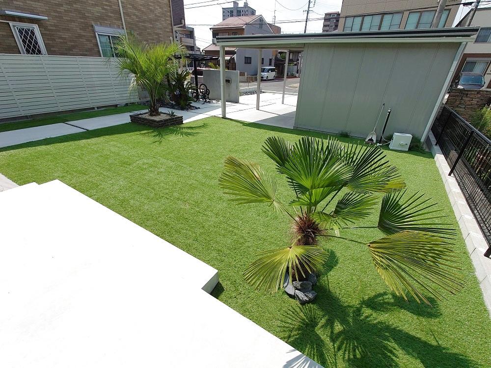 ガーデンにはモルタルデッキも。足元の素材を統一しボリュームある植栽との調和も。