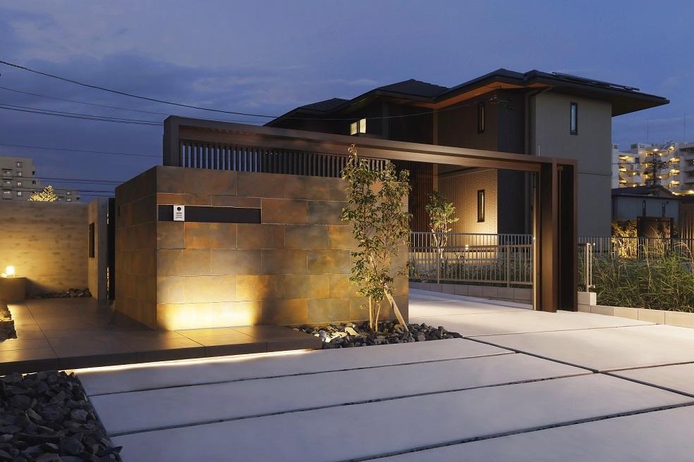 特徴的なウォール素材を更に惹き立てるアップライトがふんわりと門扉への場所を示してくれます。