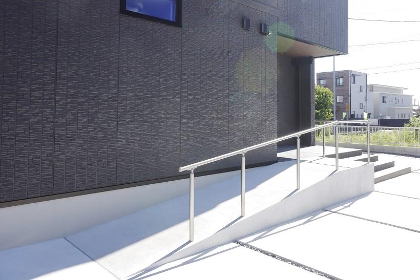 手すり付きの広いスロープと階段を広く配置。バリアフリー設計はお子様が小さいうちや荷物の運び入れにもにも重宝する仕様です。