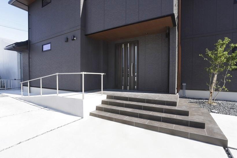蹴上げは低く、踏面は広く。スタイリッシュなタイルをセレクトしたL字に広がる階段で2方向へ自在に昇降。