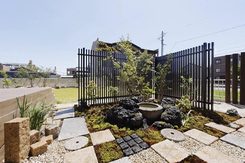 ガーデン移動時や室内からも必ず目にする位置へ坪庭を設計。ふと歩んでみたくなる幾何学状の踏み石と間に生える苔。