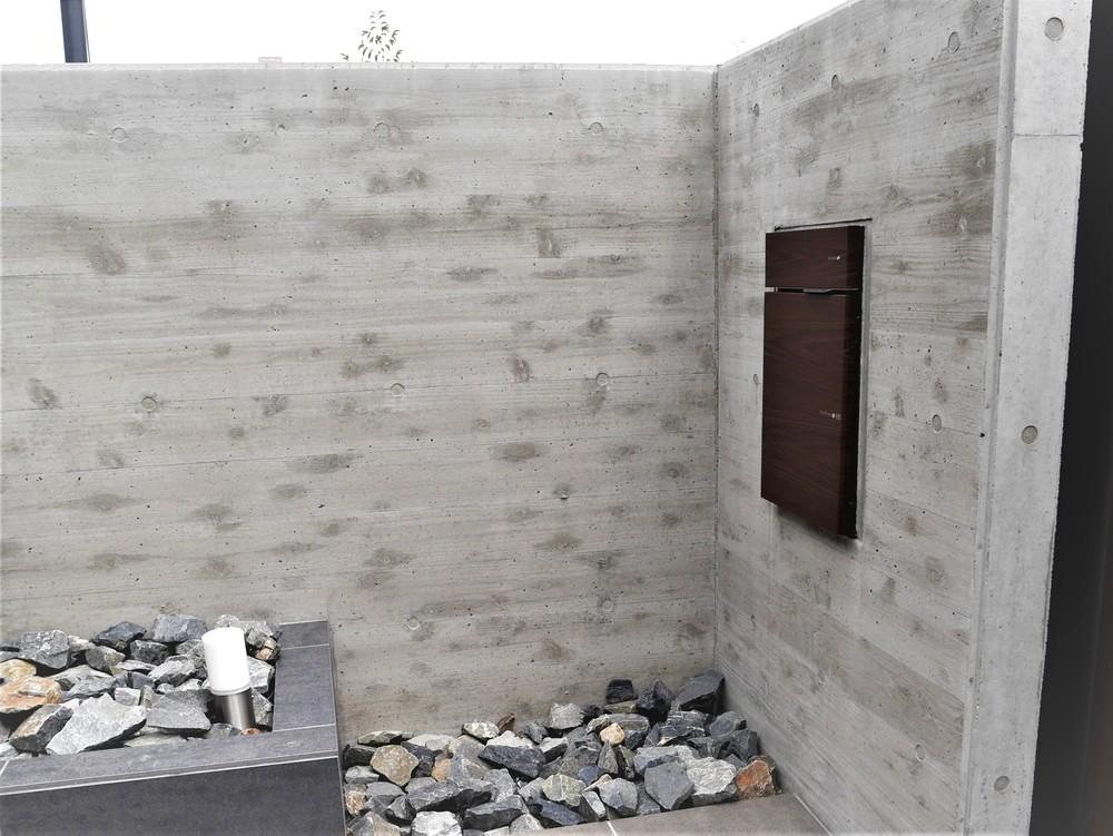 門扉突き当りのコンクリート壁面は杉板仕上げで細部にも意匠性を持たせてあります。裏面と表面とで違うデザインに仕上げる事も可能です。