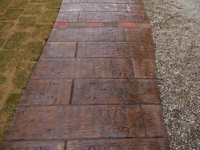 枕木調に仕上げたマットコンクリート。