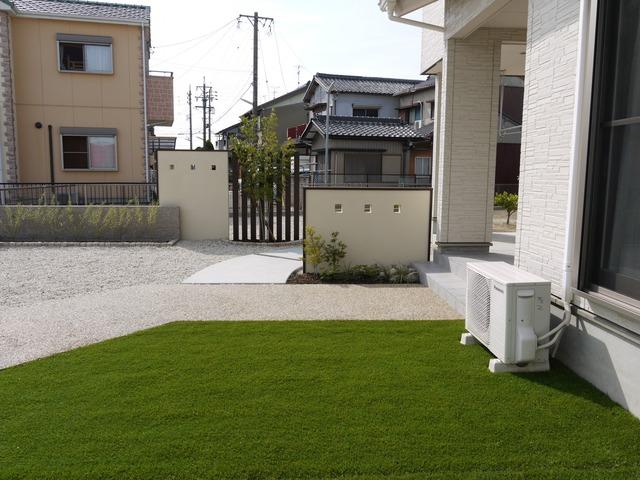 塀でバランスを整え立体感のある庭に。