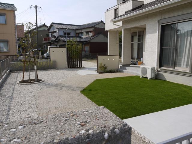 庭全体。人工芝と砂利でお手入れもラクに。