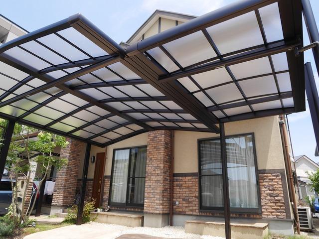 バイク置場の屋根は短くし、両側に雨があたる植栽スペースに。