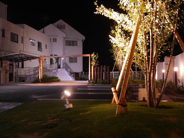 スポット照明で植栽をライトアップ