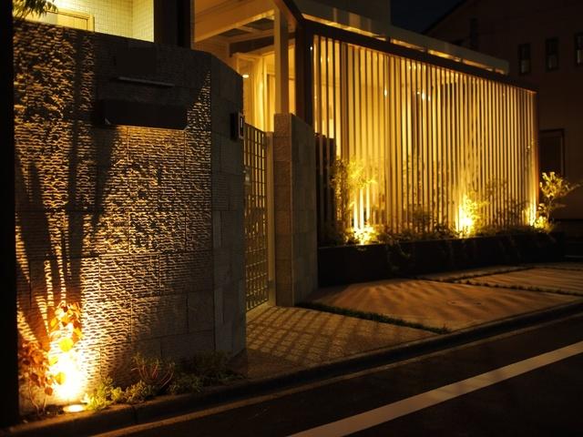 門の天然石の陰影がとても良い表情に。