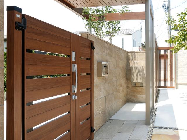 門の裏側。ポストと宅配BOXの取り出し口。