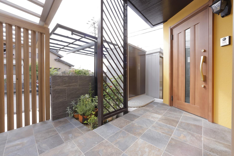 階段側とスロープ側との集合地点。玄関正面脇の車椅子収納庫へ直接繋がる動線も確保し、乗り降りの際のスペースも十分。