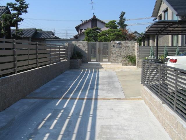 通路の両サイドにフェンスを設け、全体がスッキリした印象に