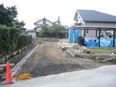 道路から見た敷地全景。向かって左側が隣地との境界、右側手前に畑があります。