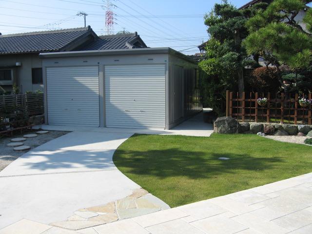 和風庭園の周辺に竹垣を設置し、美観をアップ。左側は農機具倉庫。