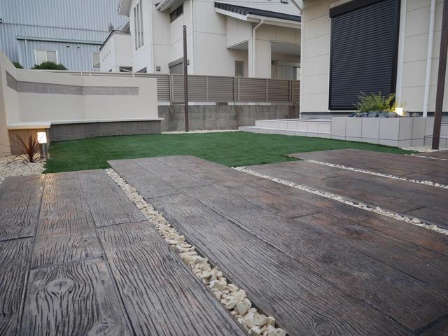 マットコンクリートと人工芝。